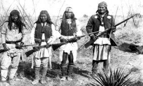 Apache_chief_Geronimo_(right)_and_his_warriors_in_1886